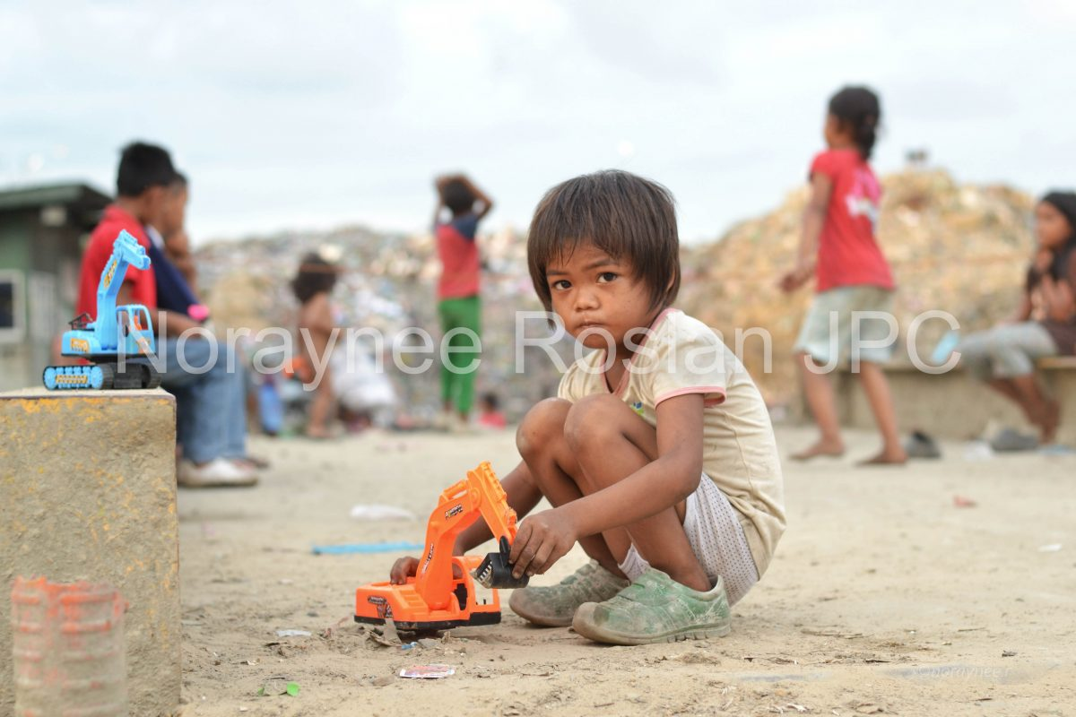 THE SURVIVAL STORY OF STATELESS PEOPLE IN SANDAKAN LANDFILL BY NORAYNEE ROSLAN